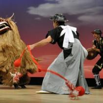 力強さとユーモアあふれる演技で会場を楽しませた「瀬利覚獅子舞」=1日、知名町のあしびの郷・ちな