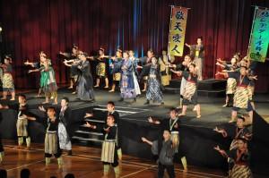地元中高生らが若さあふれるステージを繰り広げた島口ミュージカル=1日、天城町
