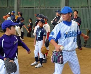 投球フォームを指導する砂田毅樹投手=14日、名瀬運動公園市民球場ブルペン