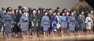 小学生から90代まで町民約80人が出演した音楽劇=7日、龍郷町りゅうゆう館