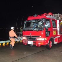 津波注意報が発令され、警戒に当たる消防署員=14日午前6時すぎ、奄美市の名瀬港