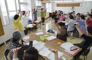 触れ合い遊びを研修する受講生たち=13日、奄美市役所