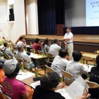 飼養技術や経営について研修する畜産農家=25日、奄美市笠利町