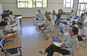 ミカンコミバエの飛来状況が報告された果樹生産者らの会合=7日、徳之島町