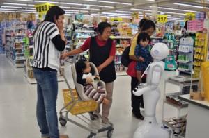 珍しい「新入社員」との会話を楽しむ買い物客=20日、龍郷町