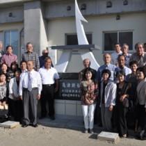 リニューアル移設した「亀津断髪」の碑をお披露目した除幕式=6日、徳之島町