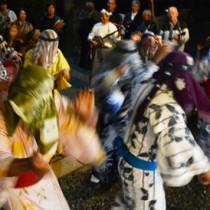 集落内の家々を踊り回って家内安全などを祈願したムチムレ踊り=27日、大和村湯湾釜