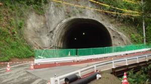 貫通した県道篠川下福線の深山トンネル=18日、瀬戸内町