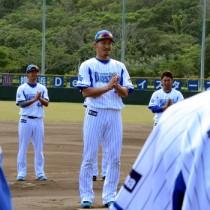 一本締めでキャンプを締めくくる梶谷外野手=19日、奄美市名瀬運動公園市民球場