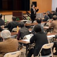奄美の自然と文化の多様性についてそれぞれ魅力を語ったシンポジウム=28日、宇検村湯湾