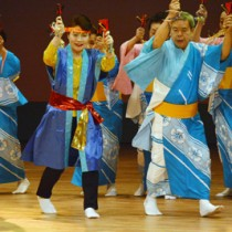 躍動感あふれる「よさこい鳴子踊り」=28日、奄美文化センター