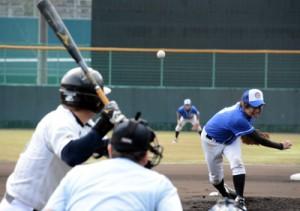 奄美市地区対抗野球の開幕戦=22日、名瀬運動公園市民球場