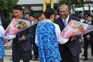 歓迎の花束を受け取るラミレス監督(右)と梶谷隆幸選手=5日、奄美空港