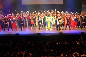 カサリンチュの「タイムカプセル」の大合唱でフィナーレを飾った「第30回国民文化祭・かごしま2015」(●)と、島唄を熱唱する楠田莉子さん=15日、鹿児島市山下町