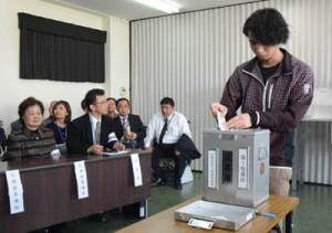 投票所での手続きから投票までの手順を学んだ模擬投票=17日、奄美市名瀬