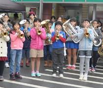 町民を楽しませた和泊小金管バンドのミニ演奏会=25日、和泊町のスーパー前