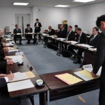 2016年度の離島航空路運航費補助対象路線を選定した県奄美地域離島航空路線協議会=18日、県庁
