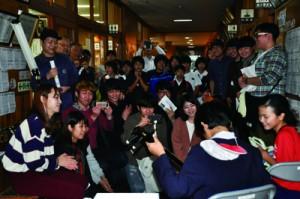 合同奄美研修の一環で田検小児童と交流した学生ら=2日、田検小学校
