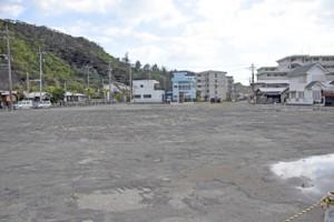 文化会館に替わって防災センターの整備計画が浮上した中央公民館跡地=8日、瀬戸内町古仁屋