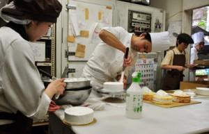 ケーキ作りで大忙しの洋菓子店=23日、奄美市名瀬