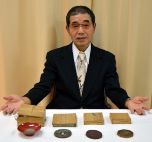 皇室関係資料を提供した迫田彰さん=14日、奄美博物館