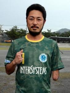 GKで日本代表を目指す東さん=7日、龍郷町中央グラウンド