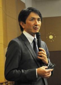 地方創生と離島版CCRCをテーマに講演した松田智生氏=9日、伊仙町