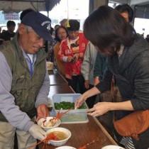 人気を集めたエビ汁の販売コーナー=20日、奄美市名瀬の名瀬漁協