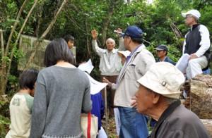 越山一帯の戦跡を見学する参加者=20日、和泊町