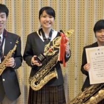 県代表に選ばれた奄美高校吹奏楽部サクソホン三重奏チーム(右から中山さん、西さん、大庭君)=24日、奄美高校
