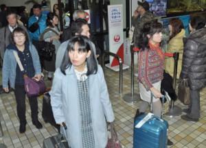 帰省ラッシュで混雑する到着ロビー=27日、奄美空港