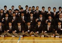 第二種電気工事士試験に全員が合格した機械電気科電気コース3年生と本年度の合格者たち=24日、奄美高校