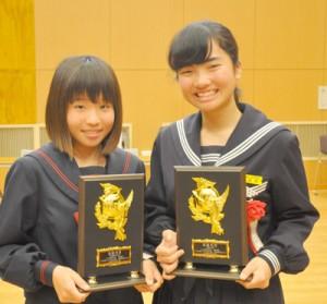 最優秀賞に輝いた(右から)長野朱里さん、幸山千尋さん=15日、徳之島町