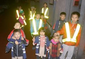 地区内を巡回して火の用心を呼び掛ける春日子ども会=28日、瀬戸内町