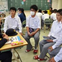 島内で働く社会人から熱心に話を聞く高校生=3日、沖永良部高校