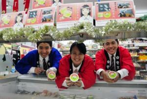店内でオリジナルアイスをアピールした奄美高校の生徒ら=8日、奄美市名瀬のエブリワン港町店