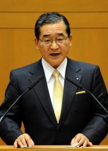 次期県知事選に4選を目指して立候補すると正式表明する伊藤祐一郎知事=2日、県議会庁舎