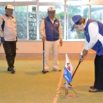 32チームが交流を楽しんだヨロンパナウル王国グラウンド・ゴルフ=2日、与論町多目的屋内運動場