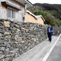 海岸沿いに伸びるサンゴの石垣=瀬戸内町西古見