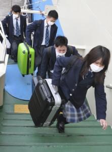 フェリーに乗り込む徳之島高校の受験生ら=14日、亀徳新港
