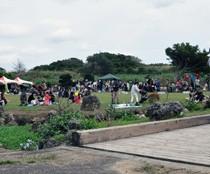 多くの来場者でにぎわった「あしきぶふぇすた」=10日、和泊町谷山のあしきぶ公園