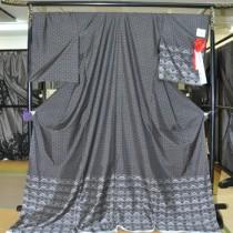 県知事賞の興紬商店(右)と夢おりの郷の製品=25日、紬会館