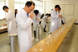 15酒造年度の県産本格焼酎の出来栄えを吟味する審査員ら=20日、鹿児島市錦江町