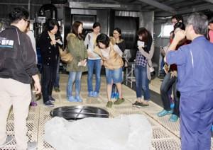 黒糖焼酎の蔵元を訪問し、地域特有の産業などについても理解を深める参加者=11日、喜界町