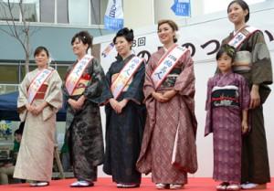 前「紬美人」からたすきを受け継いだ(左2人目から右へ)原永さん、碩さん、石岡さん=5日、奄美市名瀬