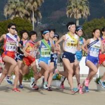隼人運動場をスタートする大島地区の久保(左)と各地区の選手たち=31日、霧島市