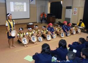 米作り体験について発表する大城小児童=9日、兵庫県豊岡市の中筋地区公民館(同校提供)