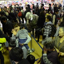 見送りの人に手を振って別れを惜しむ乗客ら=3日、奄美市笠利町の奄美空港
