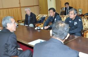 朝山市長を表敬した宗強化副委員長(右)ら役員=12日、奄美市役所