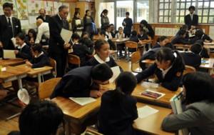 児童が気持ちを絵に描き、友達と見せ合って共感を深めた公開授業=20日、龍郷町立大勝小学校